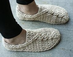 Crochet Pattern Cable Slippers by Mamachee on Etsy Crochet Patterns For Beginners, Easy Crochet Patterns, Crochet Designs, Knitting Patterns, Crochet Ideas, Quick Crochet, Double Crochet, Beginner Crochet, Crochet Round