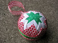 No sew Christmas ornament - tutorial Folded Fabric Ornaments, Quilted Christmas Ornaments, Christmas Sewing, Christmas Baubles, Handmade Christmas, Christmas Crafts, Fabric Balls, Diy Weihnachten, Couture
