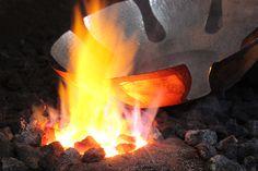 Étamage du cuivre martelé pour la fabrication de produits en cuivre destinés à être utilisés avec des produits alimentaires. Le produit est passé au feu pour le faire monter en température. Outdoor Decor, Home Decor, Push Up, Food Items, Copper, Fire, Objects, Decoration Home, Room Decor