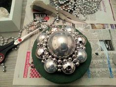 zeeuwse knop kerstballen - Google zoeken Christmas Balls, Christmas Time, Christmas Crafts, Christmas Decorations, Xmas, Christmas Things, Holidays And Events, Handmade Silver, Diy And Crafts