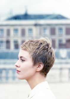 Jean Seberg photographed by Peter Basch in Paris during the shooting of the film La récréation, 1961 Mais Pixie Hairstyles, Pixie Haircut, Cool Hairstyles, Short Haircuts, Jean Seberg, Corte Y Color, Short Pixie, Pixie Cuts, Great Hair