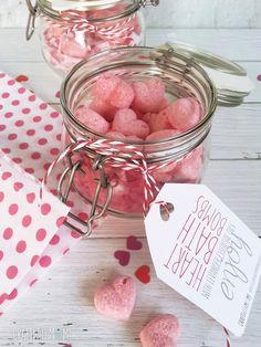 die besten geschenke valentinstag überraschung machen mann oder frau im bad würde jeder dieses geschenk genießen glas mit ettiket und aufschrift