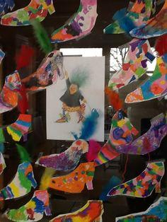 * Het mini-heksje Platvoetje. De kinderen hebben haar schoenen creatief versierd.