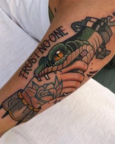 𝟭𝟬𝟬𝗞 𝗙𝗢𝗟𝗟𝗢𝗪𝗘𝗥𝗦, - Old School Traditional Tattoo Stencils, Traditional Style Tattoo, Traditional Tattoo Old School, Gangster Tattoos, Badass Tattoos, Leg Tattoos, Body Art Tattoos, Tattoo Ink, Tatoos