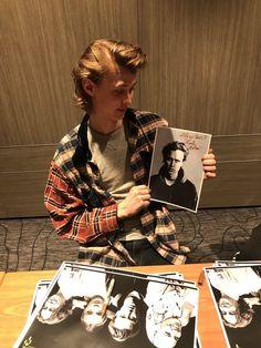 Henrik Holm Skam, Skam Wallpaper, Chris And Eva, Skam Isak, Isak & Even, One Direction Memes, He's Beautiful, Gay Couple, Cute Gay