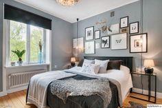 sovrum,överkast,pläd,kuddar,tavelvägg,fotovägg,sängbord,sänglampa,kristallkrona