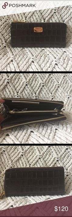 """Michael Kors Bedford Wallet 2 inside money slots, 1 zippered pocket, and 8 credit card slots. 8"""" across and 4"""" tall. Michael Kors Bags Wallets"""
