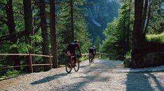 Rapha Brevet コレクションは「距離」を念頭に置いてデザイン。このコレクション発表前に、3人のRaphaライダーが実際にこれらを着用し、イタリア人登山家ラインホルト・メスナーが人類と山との出会いに捧げたメスナー・マウンテン・ミュージアムとその周辺を探索するために北イタリアに向かいました。