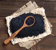 La nigelle, de son nom scientifique Nigella Sativa, aussi appelée Habba Sawda ou cumin noir, est une épice aux multiples vertus pour la santé, et on en parle beaucoup pour ses effets sur les cancers.
