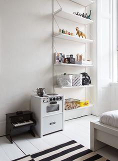 Smukt #børneværelse med ovn til #Legekøkken fra #BRIO. Billedet er fundet på http://blog.jelanieshop.com/interior/the-black-and-white-home-of-deborah-gordon/   Find flere BRIO produkter på Legebyen.dk