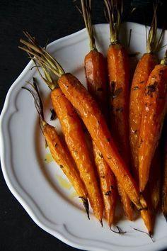 Un modo diverso di cucinare le carote. Siete stanchi di mangiarle fresche o bollite? Provate a caramellarle e vi assicuro che spariranno in un attimo! Veggie Recipes, Vegetarian Recipes, Healthy Recipes, Healthy Cooking, Healthy Eating, Best Italian Recipes, Evening Meals, Vegetable Side Dishes, I Love Food