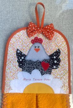 Bate-mão Patchwork Quilting, Applique Quilts, Quilting Projects, Sewing Projects, Chicken Quilt, Chicken Crafts, Sewing Crafts, Diy Crafts, Rooster Decor