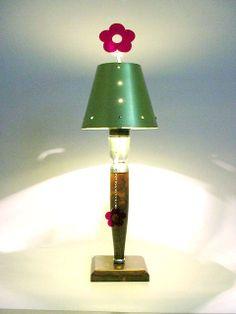 OnLine Atelier - Loja Virtual - arte - decoração - design -  Abajur Flor, da Lúdica, em Alumínio com base em madeira. Premiado por criatividade, inovação e design no HotSpot.  Cores: azul, verde, lilás, vermelho e amarelo. Informações: (54) 9165-9726