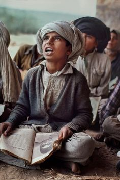 To Change the World Children in Class, Pakistan photo by Steve McCurry We Are The World, People Around The World, Change The World, We The People, Ansel Adams, Steve Mccurry Photos, Vivre A New York, Fotojournalismus, World Press Photo