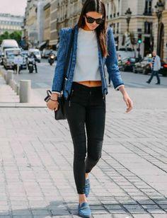 mujer caminando en la calle con saco azul