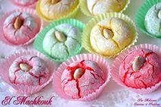 """Aujourd'hui je partage avec vous cette magnifique recette de gâteau Algérien""""El Machkouk"""", tirée du livre """"Gâteaux Modernes 2"""" de Mme Benberim. Bizzzz Ingredients: 500g d'amandes finement moulues 300g sucre glace tamise 3 a 4 blanc d'oeufs colorants+arômes..."""