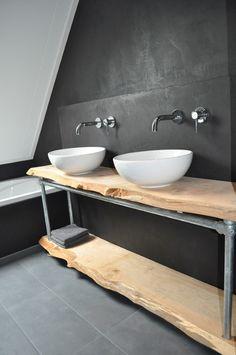 Mooi badmeubel met hout en stalen steigerbuizen en koppelingen.