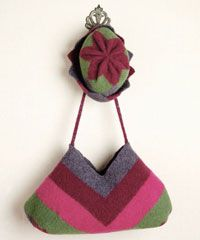 A brightly colored felted project for kids Very pretty and easy to make! Loom Weaving, Hand Weaving, Weaving For Kids, Types Of Weaving, Tapestry Bag, Weaving Projects, Weaving Patterns, Winter Accessories, Projects For Kids