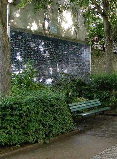 Si vous vous promenez avec votre amoureux (amoureuse) dans le quartier de Montmartre, ne manquez pas d'aller admirer l'un des monuments les plus insolites et les plus romantiques de la capitale. Le Mur des Je t'aime, situé à deux pas du métro Abbesses, rassemble des déclarations d'amour dans plus de 300 langues et dialectes du monde entier !