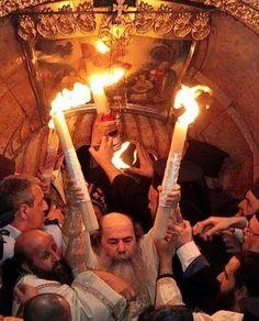 Τhe Greek Orthodox Patriarch holding the Holy Fire in Jerusalem Christian World, Christian Humor, Christian Faith, Holy Saturday, Christ Is Risen, Christian Religions, The Rite, Churches Of Christ, Religious Images