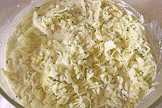 Krautsalat    1kg Weißkohl  1 Zwiebel  1/2 EL Salz  2 EL Essig  3 EL Zitronensaft  1,5 Becher Schmand  150 g Joghurt  1/2 Bund Dill, Frühlingszwiebeln, Petersilie      Kohl und Zwiebeln Fein Hobeln. Kräuter fein Kacken.  Alle Zutaten vermengen und gut durchrühren.  Am besten 24h durchziehn lassen.