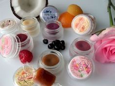 Homemade lip balm recipe made with shea butter and vanilla Homemade Primer, Homemade Lip Balm, Lip Balm Recipes, Eos Lip Balm, Diy Spa, Natural Cosmetics, Diy Makeup, Diy Beauty, The Balm