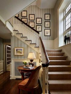 Traditional Staircase Photos Painted Stairs Design, Pictures, Remodel, Decor and Ideas - page 25 Traditional Staircase, Traditional House, Traditional Design, Style At Home, Stair Decor, Wall Decor, Staircase Design, Stair Design, Staircase Ideas