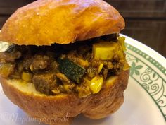 Fried bread filled with curried beef and veggies African Countries, World Recipes, African Recipes, Ethnic Recipes, Ground Beef, Hamburger, Cooker, Fries, Curry