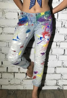 Novio Jeans pintados a mano Painted Jeans, Painted Clothes, Diy Clothing, Custom Clothes, Diy Ripped Jeans, Diy Clothes Design, Denim Fashion, Fashion Outfits, Cool Outfits