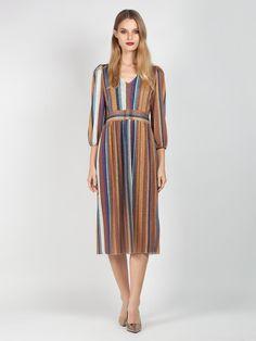fe76b9abf28d Φόρεμα μίντι ριγέ σε άλφα γραμμή απο ύφασμα λούρεξ με V στο ντεκολτέ και  ελαφρώς φουσκωτά