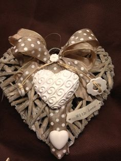 Gessando Christmas Crafts For Gifts, Craft Gifts, Christmas Wreaths, Wicker Hearts, Wooden Hearts, Valentine Wreath, Valentines, Decorative Soaps, Love Shape