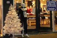 HAVERSTRAATPASSAGE IN KERSTSFEREN Onze straat staat vanaf vandaag geheel in het teken van kerst!  32 witte kerstbomen sieren de Haverstraatpassage Enschede  Echt de moeite waard om op donderdagavond even te slenteren door de Haverstraatpassage.  --- Heeft u 20 december al in de agenda gezet, #KERSTMARKT #Haverstraatpassage ---