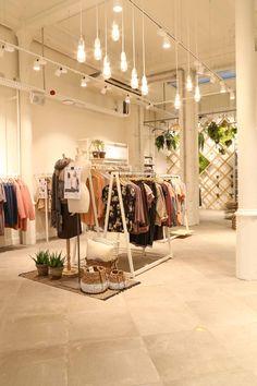 Duurzame winkel in Antwerpen Juttu Clothing Boutique Interior, Boutique Interior Design, Boutique Decor, Boutique Store Design, Fashion Boutique, Fashion Store Design, Clothing Store Design, Retail Interior, Interior Shop