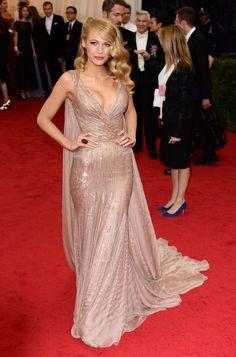 シャンパンゴールドのセレブドレス