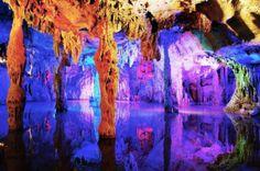Las Cuevas de Flauta de Caña, China. Sus hermosas formaciones son el resultado de una larga erosión y actualmente se encuentran iluminadas por estas luces de colores que le dan un efecto realmente increíble.