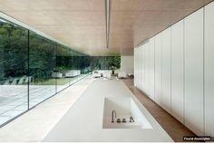 Witte keuken, houten vloer en veel ramen