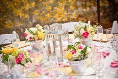décoration mariage champêtre chic | Un centre de table champetre fleuri original, dans des petits vases en ...
