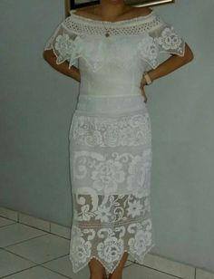 Hermoso vestido estilizado talco en sombra, encaje de pajita bellamente zurcido en mi colo preferido el blanco! Mexican Costume, Mexican Outfit, Mexican Style, Chiffon Dress, Dress Skirt, Lace Skirt, Embellished Dress, Embroidered Blouse, Crochet Skirts