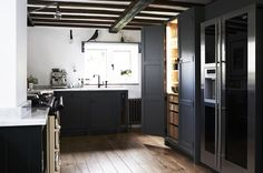 This contemporary black kitchen in a thatched cottage was our winning 2017 Professional UK Interior, designed by Alresford, England–based Fawn Interiors. Kitchen Pantry Design, Luxury Kitchen Design, Best Kitchen Designs, Luxury Kitchens, Black Kitchens, Interior Design Kitchen, Cottages Anglais, English Country Kitchens, Sweet Home