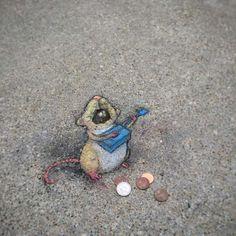 Une sélection des dernières créations de l'artiste américain David Zinn, qui mélange street art à la craie et anamorphoses pour peupler les rues avec ses