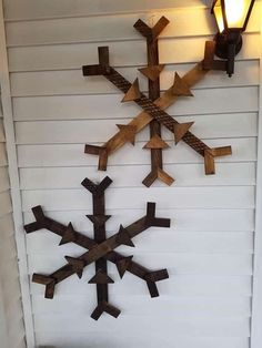 Wood Pallets Ideas 10 Unique Pallet Christmas Decor Ideas 2017 Pallet ideas for DIY - Home Décor - The leaves are changing; the weather's cooler, and there aren't many pages left in your monthly calendar. It's time to think about Christmas Trees Pallet Christmas Tree, Christmas Wood, Christmas Trees, Pallet Projects Christmas, Christmas Signs, Country Christmas, Christmas 2017, Winter Christmas, Christmas Crafts
