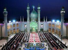斋月 Ramadan 期间,伊朗穆斯林信徒们在伊斯兰教圣人 Helal Ibn Ali 的神殿内诵读《古兰经》Quran,阿明阿巴德市 Abad Ahmin。斋月又被称为「古兰经月」,相传真主安拉在这个月将《古兰经》降示给穆罕默德,穆斯林在斋月期间会随时随地诵读《古兰经》。摄影师:Ebrahim Noroozi