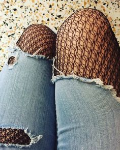 Dots, ruffles, see-through and fishnet… all at once! Top: Pull&Bear Tights: Calzedonia Pois, balze, trasparenze, strappi e reti… tutto insieme! Top: Pull&Bear …