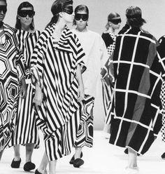 Famosa por seus looks e frases marcantes, não podemos negar que Coco Chanel deixou um grande legado na moda, e levou sua mensagem para milhares de mulheres. Chanel ajudou a popularizar e a introduzir o uso de calças por mulheres. Sua principal questão era que considerava muito difícil cavalgar de saias e vestidos. O uso do preto e branco nos looks era sua marca registrada, tanto que a combinação nunca saiu de moda. Não tem como não ficar elegante e contemporânea com essa dupla! Ah e claro, e…