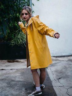 Rain Bonnet, Rubber Raincoats, Rainy Day Fashion, Langer Mantel, Yellow Raincoat, Rain Gear, Girls In Love, Girls Wear, Womens Fashion
