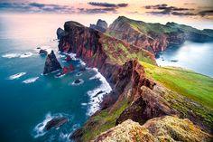"""Esta península é de origem vulcânica, na sua maioria basáltica, existindo também formações de sedimentos calcários. No seu seguimento temos dois ilhéus: o ilhéu da Cevada, da Metade ou dos Desembarcadouros, e o ilhéu da Ponta de S. Lourenço, do Farol ou de Fora. A partir do """"muro de pedra da Baía d'Abra"""" toda a área pertence ao Governo Regional, integrando o Parque Natural da Madeira. A península está classificada de reserva natural parcial e o ilhéu do Desembarcadouro de reserva natural…"""