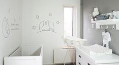 Stijlvolle Nijntje babykamer. Twee muurschilderingen bestaande uit grijze lijnen en een babykamer gedichtje. Op de grijze muur zijn nog een paar witte sterren geschilderd om het een mooi geheel te maken. Gemaakt door BIM Muurschildering.