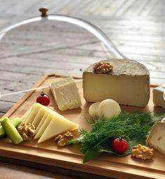 En effet la France réputé pour son fromage nous offre plus de 350 variétés à pâte dur, à pâte molle, au lait de vache, de brebis ou encore de chèvre, il y en a pour tous les goûts, mais encore il faut savoir l'associer et surtout savoir bien le présenter pour égayer d'abord les yeux avant de régaler les papilles. On aime l'associer à des fruits frais ou fruits secs ou encore de la confiture ou des légumes, le comté réclame le coing et le cantal les fruits jaunes ... cliquez pour lire la suite... Molle, C'est Bon, Panna Cotta, France, Ethnic Recipes, Fresh Figs, Fresh Fruit, Jelly, Cheese