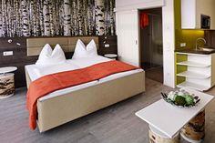 Im Eco-Suite Hotel Salzburg erwarten Sie moderne Zimmer mit Frühstück sowie Küchenzeile in jeder Suite. Verbringen Sie einen grünen Urlaub in Salzburg. Salzburg, Hotels, Lodges, Great Deals, Trip Advisor, Bed, Candid, Furniture, Travel