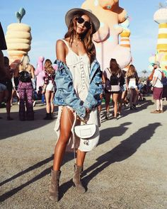 JULIE SARIÑANA aka @sincerelyjules at Coachella 2017 festival. One of the best classic Chella looks.